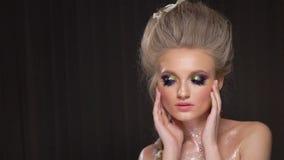 Schönes Mädchen mit kreativem Kunstmake-up Schönheitsgesicht, elegante Frisur und dekorative Elemente stock footage