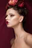 Schönes Mädchen mit kreativem Make-up der Kunst im Bild der roten Braut für Halloween Schönes lächelndes Mädchen Lizenzfreie Stockbilder
