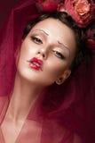 Schönes Mädchen mit kreativem Make-up der Kunst im Bild der roten Braut für Halloween Schönes lächelndes Mädchen Stockbild
