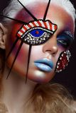 Schönes Mädchen mit kreativem Make-up in der Pop-Arten-Art Schönes lächelndes Mädchen stockfotos