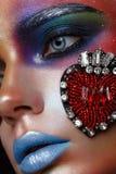 Schönes Mädchen mit kreativem Make-up in der Pop-Arten-Art Schönes lächelndes Mädchen stockbild