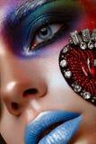 Schönes Mädchen mit kreativem Make-up in der Pop-Arten-Art Schönes lächelndes Mädchen lizenzfreie stockfotos