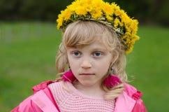 Schönes Mädchen mit Löwenzahn blüht oben Stockbilder