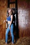 Schönes Mädchen mit langem tragendem Cowboyhut des blonden Haares Stockfotos