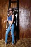 Schönes Mädchen mit langem tragendem Cowboyhut des blonden Haares Lizenzfreies Stockbild