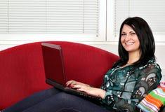 Lizenzfreies stockbild schönes mädchen mit dem laptop der im bett