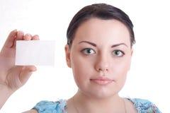 Schönes Mädchen mit leerer Karte in der Hand Lizenzfreie Stockfotografie