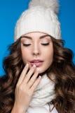 Schönes Mädchen mit leichtem Make-up, Designmaniküre und Lächeln im weißen Knithut Warmes Winterbild Schönes lächelndes Mädchen Stockfotos