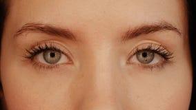 Schönes Mädchen mit Lichtern in den Augen stock video footage