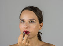 Schönes Mädchen mit Lippenstift Lizenzfreies Stockfoto