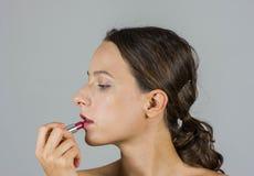 Schönes Mädchen mit Lippenstift Stockfotografie