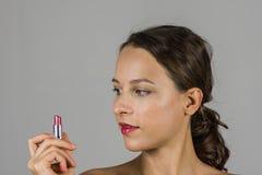 Schönes Mädchen mit Lippenstift Lizenzfreie Stockbilder