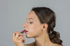 Schönes Mädchen mit Lippenstift Lizenzfreie Stockfotos