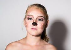 Schönes Mädchen mit lustigem Make-up, drückt verschiedene Gefühle aus Lustiges Bild des schönen hübschen Mädchens stockfoto