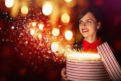 Schönes Mädchen mit magischem Kasten lizenzfreie stockfotografie