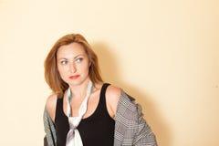 Schönes Mädchen mit Make-up in einer schwarzen Bindungsaufstellung der Hemd- und Jackenmänner Lizenzfreies Stockfoto