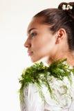 Schönes Mädchen mit Meerespflanze-Karosserien-Schablone lizenzfreie stockbilder