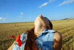 Schönes Mädchen mit Mohnblume lizenzfreie stockfotografie