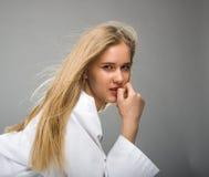 Schönes Mädchen mit natürlichem Make-up und weißen Nägeln lizenzfreies stockfoto