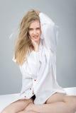 Schönes Mädchen mit natürlichem Make-up und weißen Nägeln lizenzfreie stockbilder