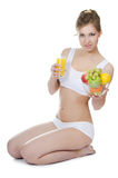 Schönes Mädchen mit Obst und Gemüse Stockfotografie