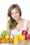 Schönes Mädchen mit Obst und Gemüse lizenzfreies stockbild