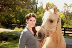 Schönes Mädchen mit Palomino-Pferd Stockbilder
