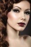 Schönes Mädchen mit perfekter Haut und Abend machen Lizenzfreie Stockfotos