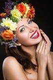 Schönes Mädchen mit perfekter Haut und heller Blumenkranz auf ihrem Kopf Stockbilder