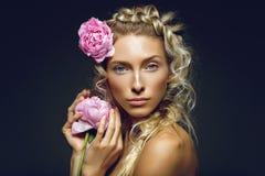 Schönes Mädchen mit Pfingstrosenblume Stockfoto