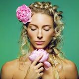 Schönes Mädchen mit Pfingstrosenblume Lizenzfreie Stockfotos