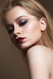 Schönes Mädchen mit professionellem buntem Make-up Stockfotografie