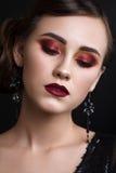 Schönes Mädchen mit professionellem buntem Make-up im Retrostil Stockfotografie