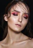 Schönes Mädchen mit professionellem buntem Make-up und dem nassen Haar Lizenzfreie Stockfotos
