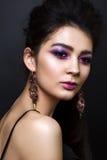 Schönes Mädchen mit professionellem lila Make-up Lizenzfreie Stockfotos