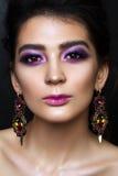 Schönes Mädchen mit professionellem lila Make-up Stockfotografie