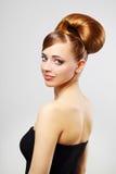 Schönes Mädchen mit Retro- Frisur auf Grau Stockfotos