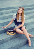 Schönes Mädchen mit Retro- Kamera Stockfoto