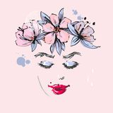 Schönes Mädchen mit rosa Blumen entspringen Kranz auf dem Kopflächeln lizenzfreie abbildung