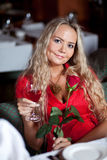 Schönes Mädchen mit Rot stieg Lizenzfreie Stockfotografie