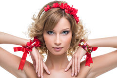 Schönes Mädchen mit rotem Bandzubehör Lizenzfreie Stockfotografie