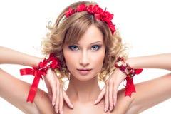 Schönes Mädchen mit rotem Bandzubehör Lizenzfreie Stockfotos