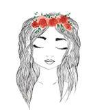 Schönes Mädchen mit rotem Blumenkranz im langen Haar Hand gezeichnete Illustration, T-Shirt Druck Stockbilder