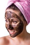 Schönes Mädchen mit Schlammschablone auf Gesicht Stockfoto