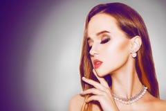 Schönes Mädchen mit Schmuck Silber Schönheit und Zubehör bijouterie, Ohrringe langes Haar und Schmuck auf schwarzem Hintergrund F Stockfotografie
