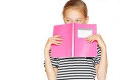 Schönes Mädchen mit Schreibheft lizenzfreie stockbilder