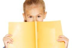 Schönes Mädchen mit Schreibheft lizenzfreies stockfoto