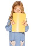 Schönes Mädchen mit Schreibheft stockfotografie