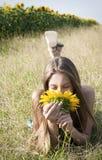 Schönes Mädchen mit Sonnenblume Stockfotografie