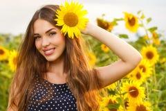 Schönes Mädchen mit Sonnenblumen Lizenzfreies Stockfoto